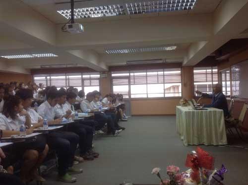 อาจารย์ ดร. นพดล เจียมสวัสดิ์ บรรยายให้ความรู้นักศึกษา