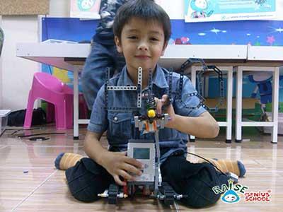ผลงานประดิษฐ์ หุ่นยนต์ ของน้องฮิวโก้ครับ
