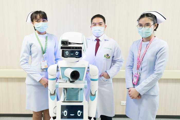 """หุ่นยนต์ """"มดบริรักษ์"""" ซึ่งช่วยตรวจวัดไข้ ลดการสัมผัสผู้ป่วย"""