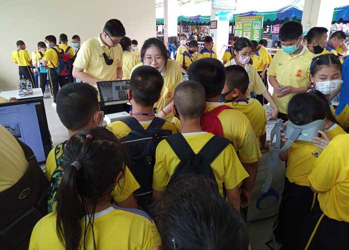 กิจกรรมออกบูธ เทคโนโลยีหุ่นยนต์ เนื่องในวันวิทยาศาสตร์และวันแม่แห่งชาติ ณ. โรงเรียน โรงเรียนสุคนธีรวิทย์ นครปฐม AR จ่ายโจทย์ประดิษฐ์หุ่นยนต์