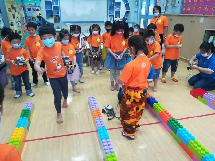เด็ก นักเรียน ฝึกควบคุมหุ่นยนต์ กันอย่างสนุกสนาน